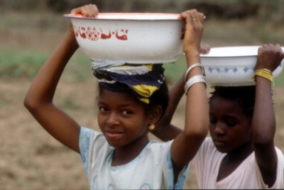 Girls transport water in Conakry (file photo).