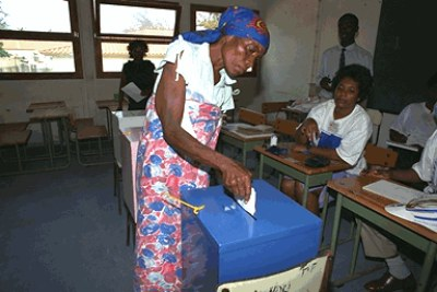 Woman votes in Angola's UN-assisted elections. Luanda (file photo).