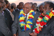 File photo: President Jacob Zuma, center, with President Robert Mugabe, right, on a previous working visit to Zimbabwe.