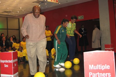 U.S. First Lady Michelle Obama and Archbishop Emeritus Desmond Tutu showed off their football skills while encouraged to young people to stay healthy during their visit to Cape Town Stadium.