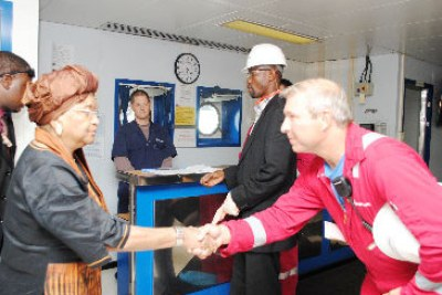 President Sirleaf meets a staff of Anadarko Petroleum Corporation during a tour of the exploration rig.