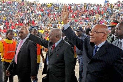 File photo: Presidents Jacob Zuma of South Africa, right, and Armando Guebuza of Mozambique greeted by crowds.