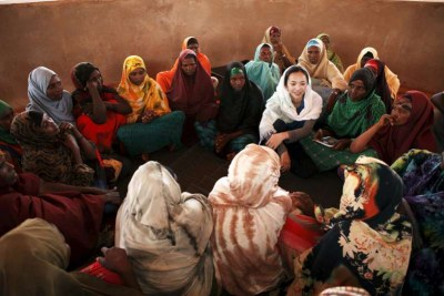 Chinese actress Yao Chen talks to Somali refugee women.