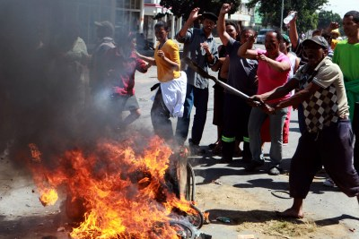 Protesters demonstrate for better wages on Thursday, 15 November 2012 during widespread unrest among farmworkers in the Western Cape.