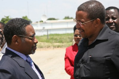 President Jakaya Kikwete (left) speaks to a government official (file photo).