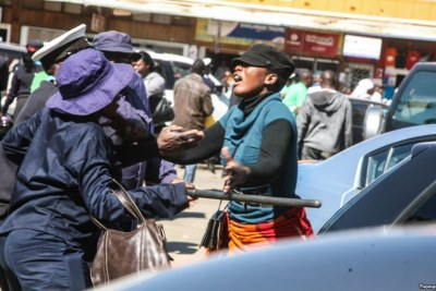 Protesting vendor confronts Harare Municipal police